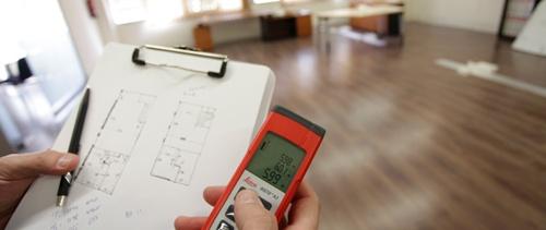 Un técnico toma medidas en una vivienda