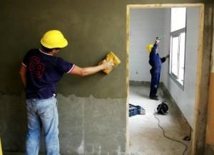 albañiles reformando casa