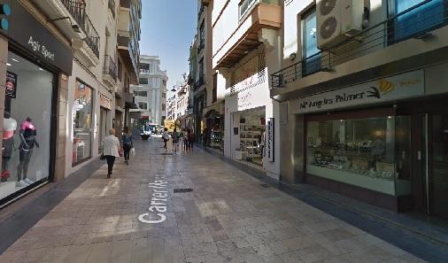 Calle peatonal con locales comerciales en planta baja