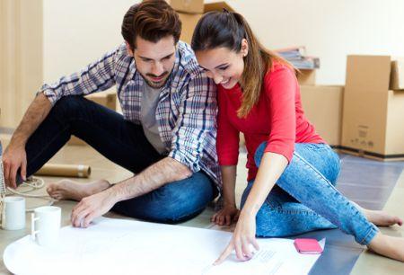 Pareja joven planificando la reforma de su nuevo piso